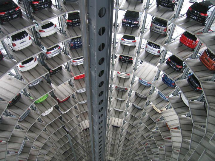 Импорт легковых автомобилей в Россию продолжает падение
